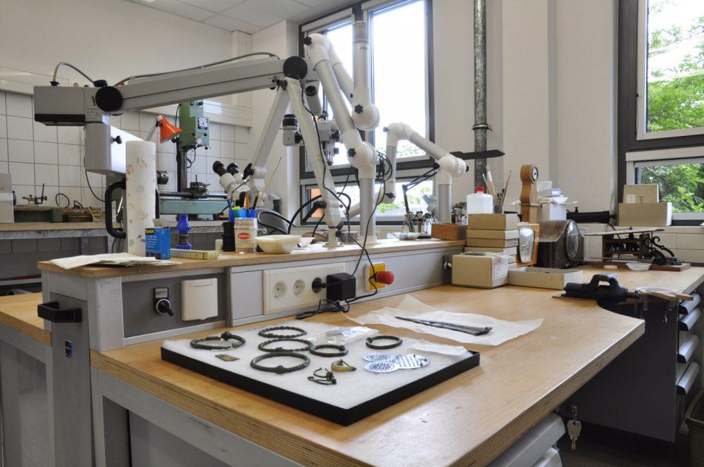 Einblick in die Restaurierungswerkstatt für Metallobjekte.