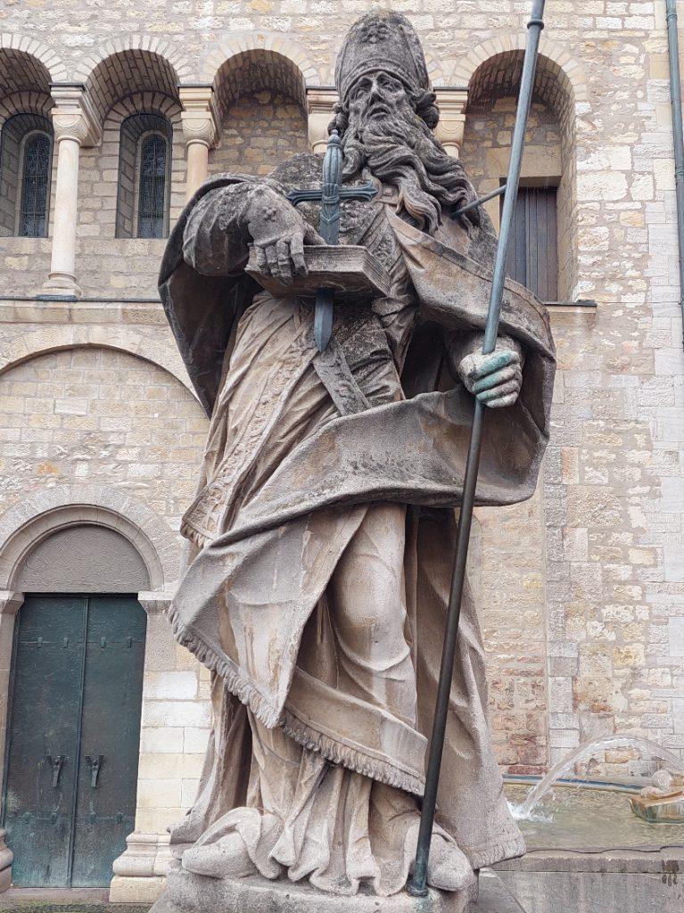 Bonifatiusstatue vor dem Mainzer Dom