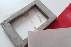 Wenn der Beton ausgehärtet ist und sich einheitlich trocken anfühlt, können die Pappteile der Gießform vorsichtig entfernt werden. Dann könnt ihr die Oberfläche des Betons leicht anschleifen, mit Acrylfarbe bemalen oder mit anderen Techniken weiterverzieren.