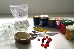 Alaun-Salz, Kleber, Farben und Pfeifenreiniger liegen bereit, außerdem Gläschen, in denen die Kristalle reifen können.