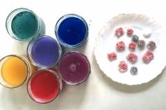 Nehmt unbedingt wasserlösliche Farbe, also kein Acryl.