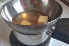 Honig und Butter über einem Wasserbad rühren, bis die Zutaten zerlassen sind. Die Masse abkühlen lassen.