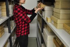 Das regelmäßige Überprüfen auf chemische Veränderungen der Objekte im Depot gehört auch zu den Aufgaben einer Restauratorin.