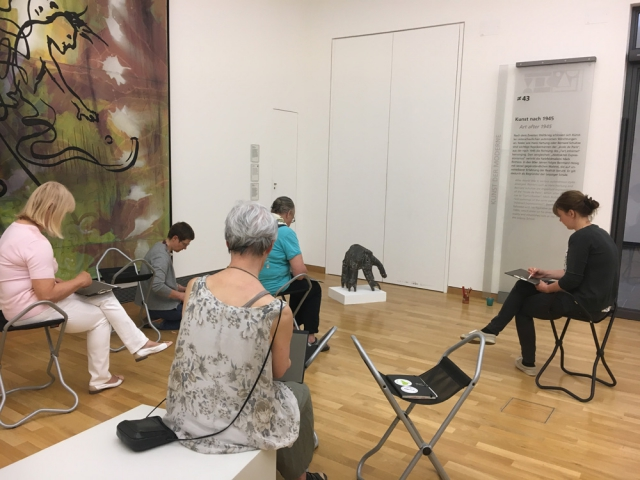 Die Gruppe zeichnet den Schnüffler von Liesel Metten.