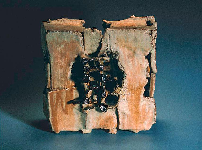 Dieter Crumbiegel, 1938 (Essen) Objekt, um 1970 (Inv.-Nr. 00197-389) Steinzeug, gebaut, Oxidationsbrand im Elektro-Ofen bei 1.280°C, Höhe 25,5 cm, Breite 28 cm, Tiefe 19 cm © Christian Grusa