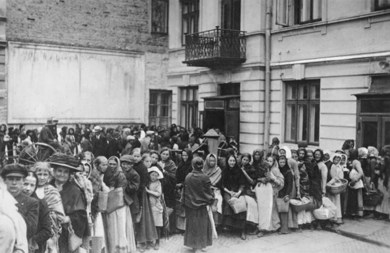 Anstehen nach Brot während des Krieges 1914-18 © Bundesarchiv, Bild 183-R00012 / CC-BY-SA 3.0