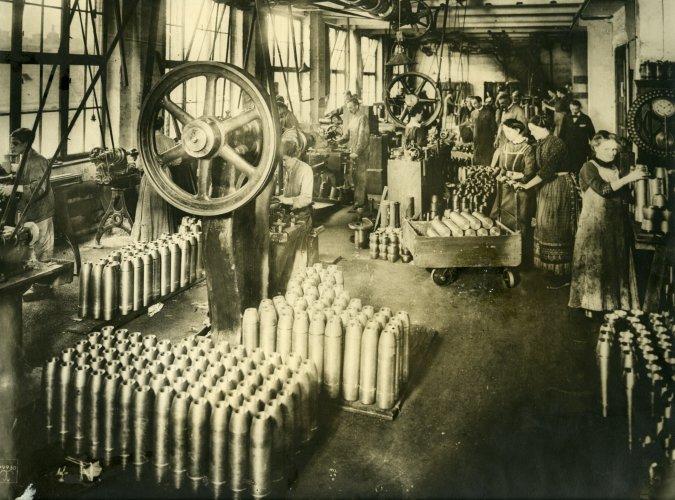 Deutsche Arbeiter in einer Munitionsfabrik,1917 © LSE Library